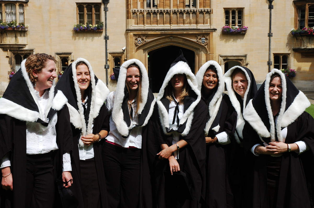 رنگ-مشکی-دانشگاه-کمبریج-انگلستان