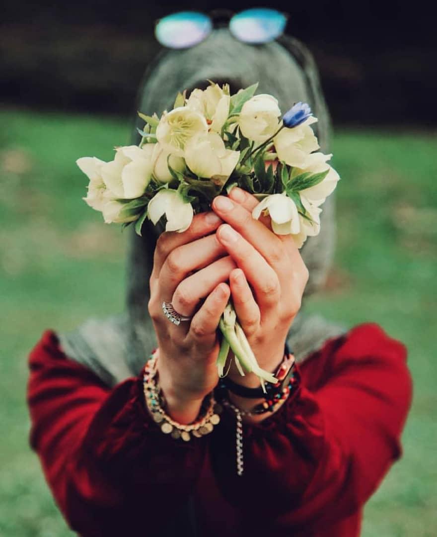 عکس-حجاب-مانتو-گل-به-دست